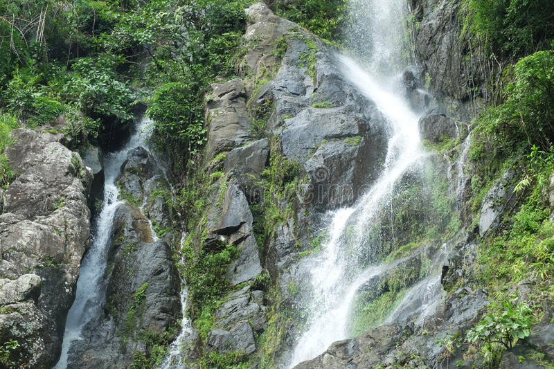 Wasserfall und Berg, Thailand lizenzfreies stockbild
