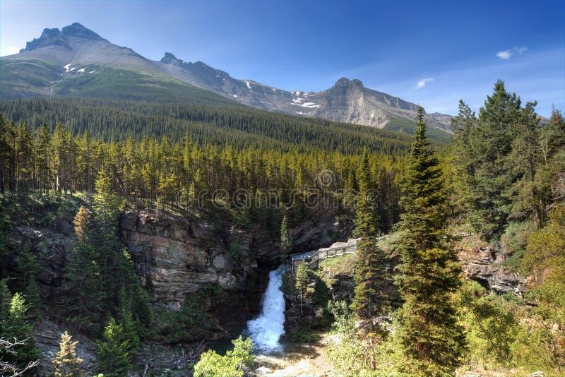 Wasserfall und Berge stockbilder