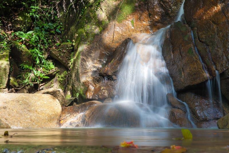 Wasserfall und blauer Strom im gelben Wald Thailand stockfotos