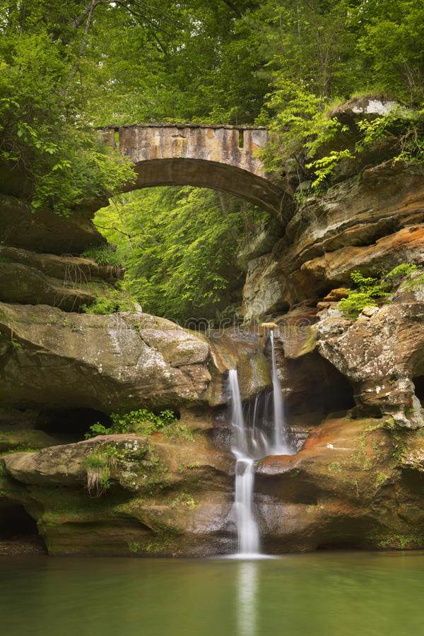Wasserfall und Brücke im Hocking-Hügel-Nationalpark, Ohio, USA stockbild
