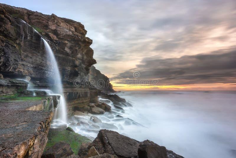 Wasserfall und der Ozean lizenzfreie stockfotos