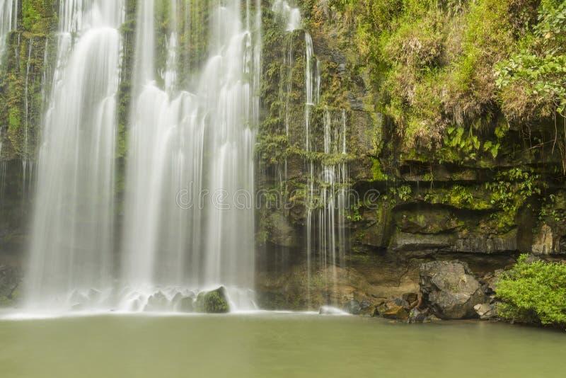 Wasserfall und Grotte Llanos de Cortés stockfotos