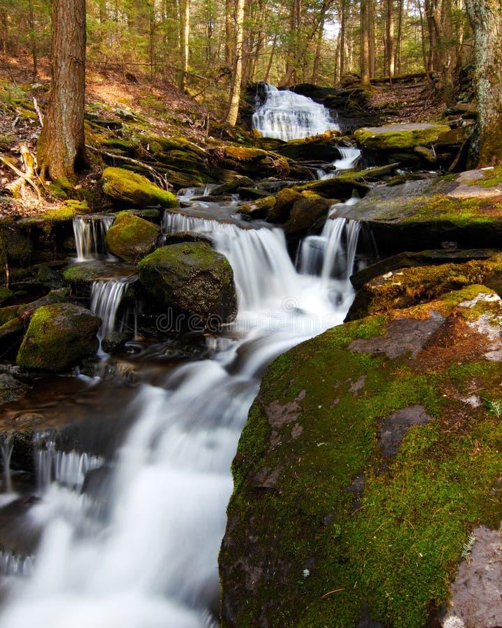 Wasserfall und Kaskaden lizenzfreie stockbilder
