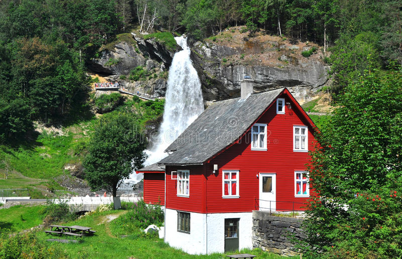 wasserfall und rotes haus in norwegen skandinavien. Black Bedroom Furniture Sets. Home Design Ideas