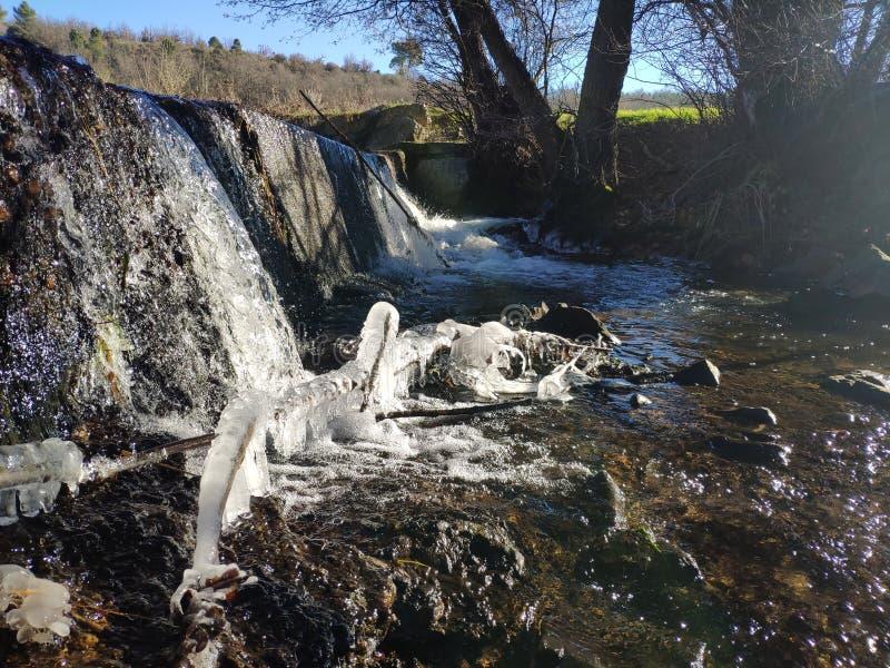 Wasserfall von einem Fluss in einer Verdammung lizenzfreie stockfotografie