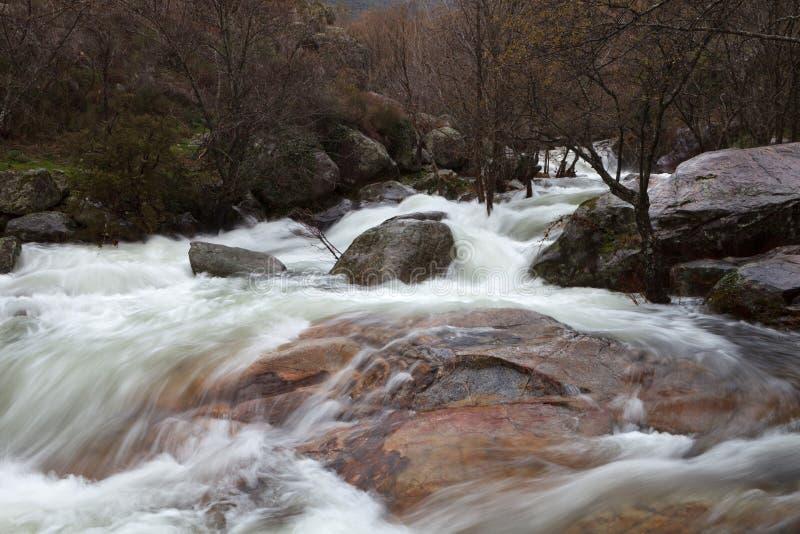 Wasserfall von einem Fluss im Abfall stockfotos