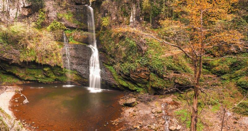 Wasserfall von Ferrera im Wald, Varese stockbilder