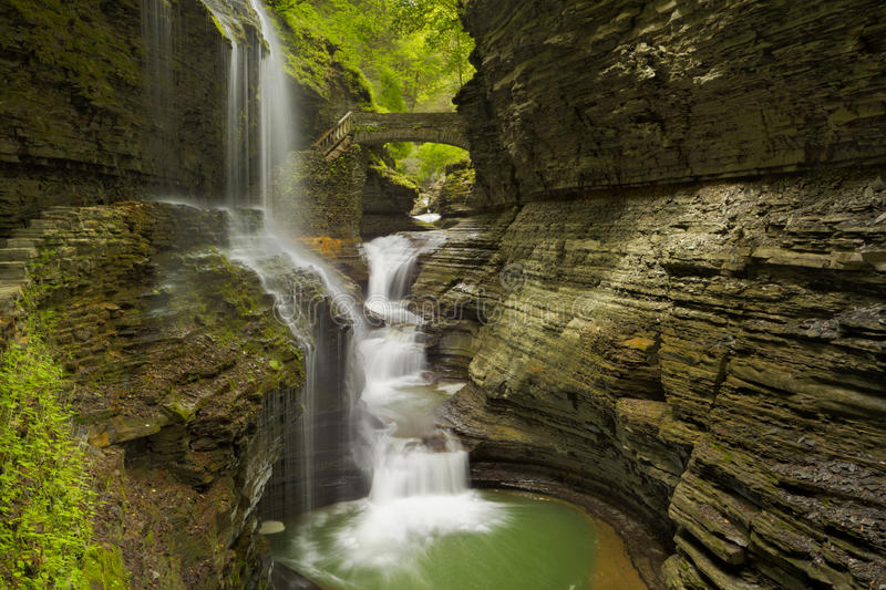 Wasserfall in Watkins Glen Gorge in Staat New-York, USA lizenzfreie stockfotos