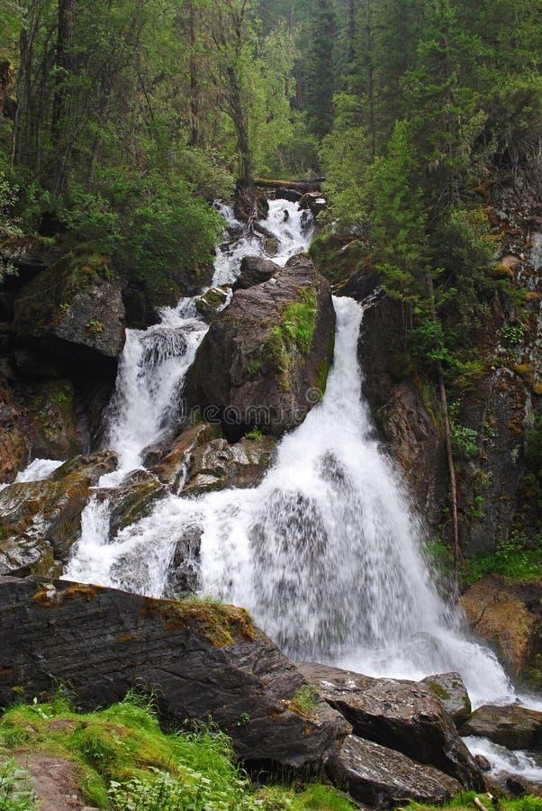 Wasserfall weit lizenzfreies stockbild