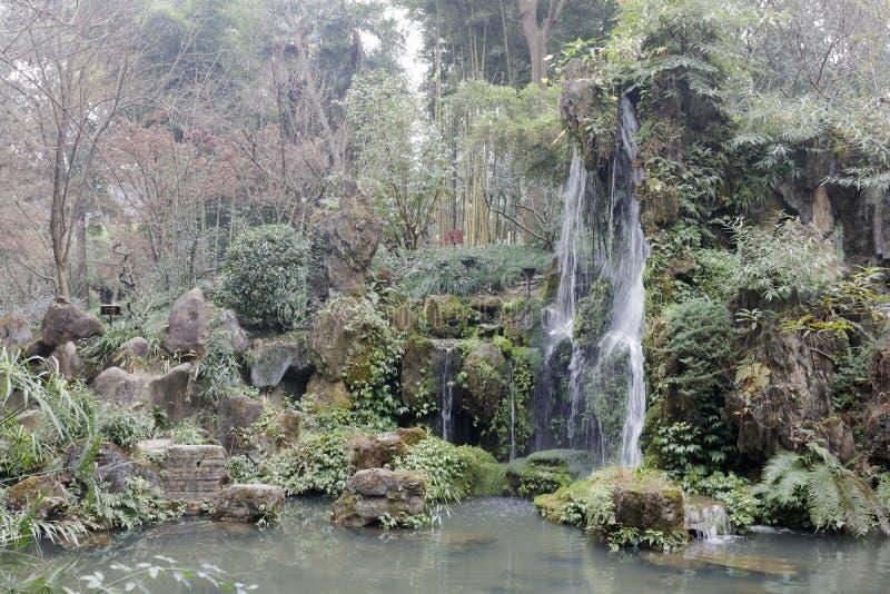 Wasserfallpool Du Fus deckte Häuschenpark, luftgetrockneten Ziegelstein rgb mit Stroh lizenzfreie stockbilder