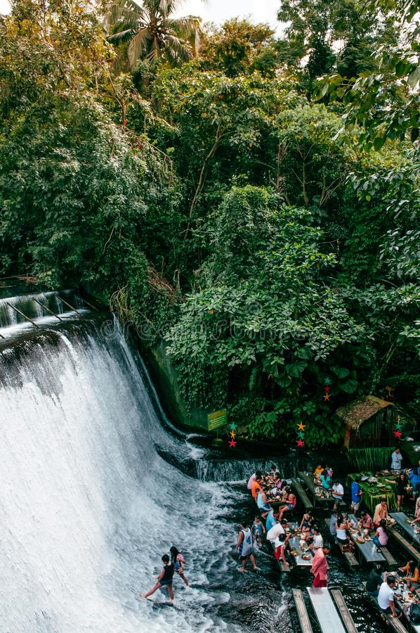 Wasserfallrestaurant-Landhaus escudero, San Pablo, Philippinen lizenzfreies stockbild
