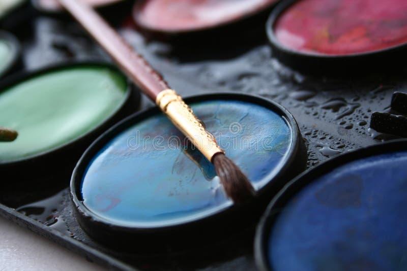 Wasserfarben und -pinsel stockfotos