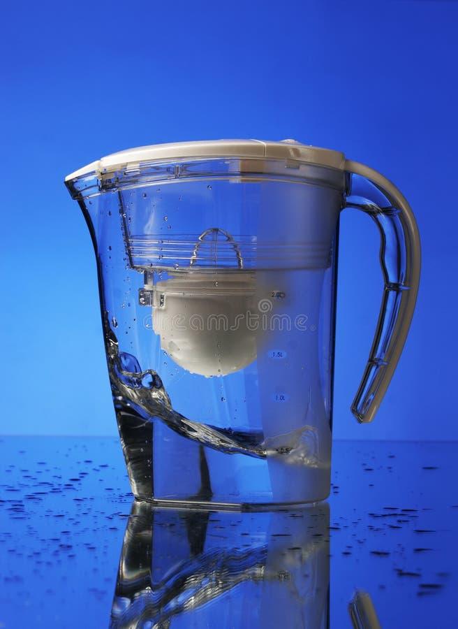 Wasserfilter auf blauem Hintergrund stockfotos