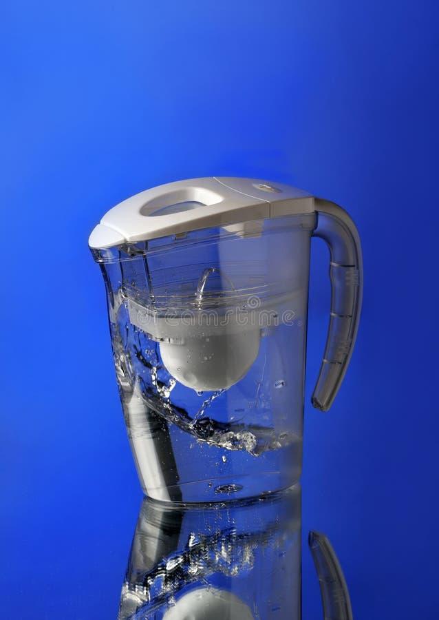 Wasserfilter auf blauem Hintergrund lizenzfreie stockfotos