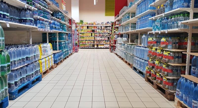 Wasserflasche im Supermarktgang lizenzfreie stockfotografie
