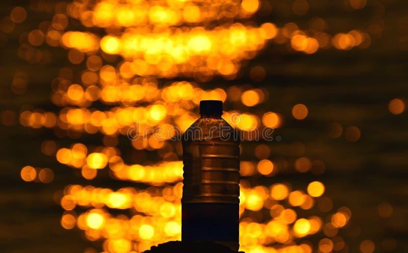 Wasserflasche mit belichteter Meerwasserphotographie lizenzfreie stockfotos