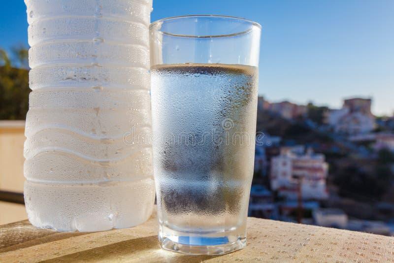 Wasserflasche Voll Wasser Mit Tropfen Und Glas Stockbild
