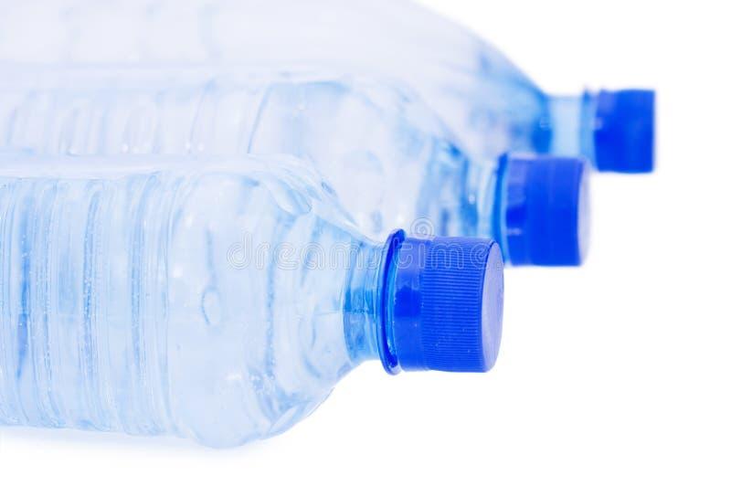 Wasserflaschen getrennt über Weiß lizenzfreie stockfotografie