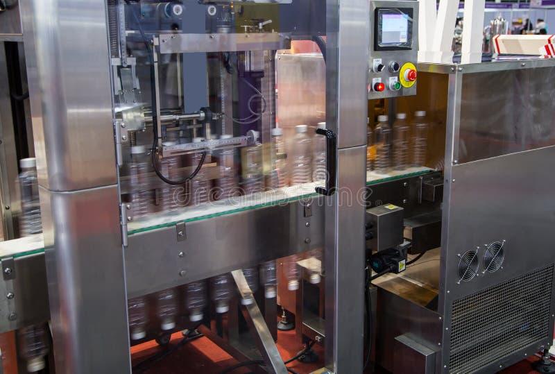 Wasserflaschen-Verpackungsmaschine lizenzfreies stockfoto