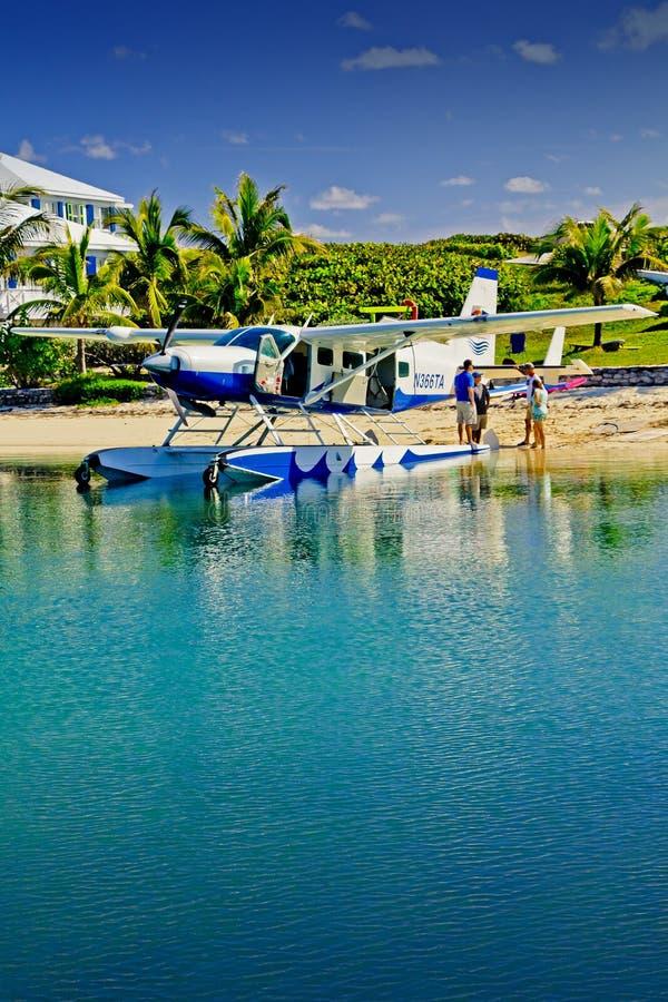 Wasserflugzeug setzte auf Elbo-Cay, Abakus, Bahamas auf den Strand stockfotografie
