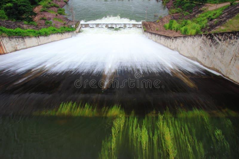 Wasserfreigabe an der Verdammungswand stockfotos