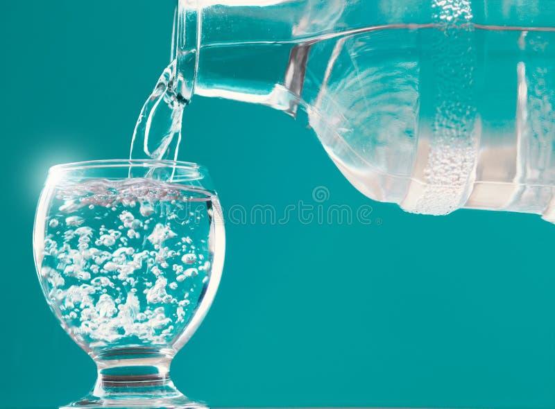 Wasserglas und Wasserflasche mit Wasserfüllung stockfoto