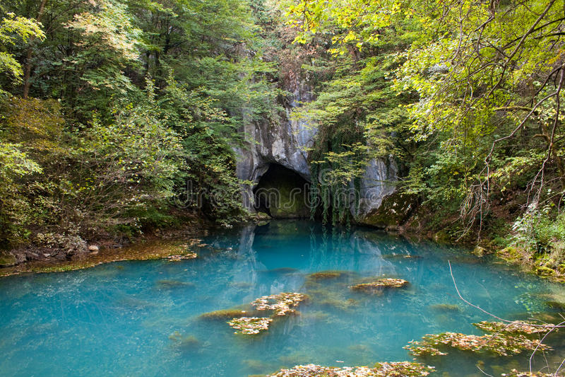Wasserhöhleeingang lizenzfreie stockfotos