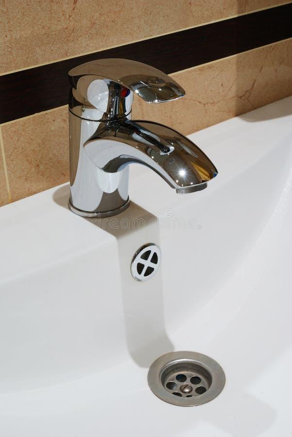 Wasserhahn im Badezimmer lizenzfreies stockbild