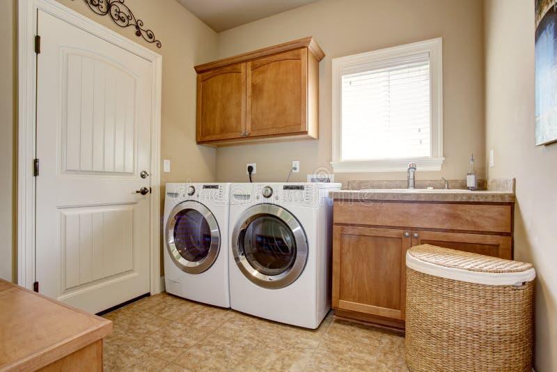 Wasserijruimte met wasmachine en droger stock afbeeldingen