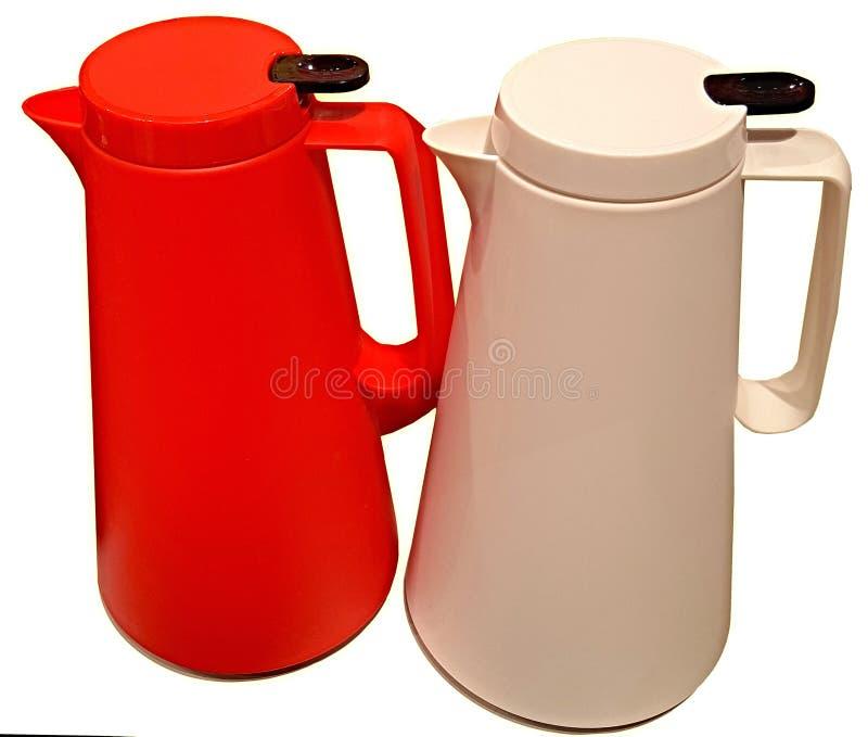 Wasserkocher, hergestellt vom mehrfarbigen glänzenden hitzebeständigen Plastik des modernen Entwurfs und der Form auf einem weiße stockfoto