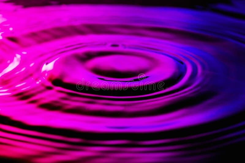 Wasserkräuselungen auf nettem purpurrotem blauem Hintergrund lizenzfreies stockfoto