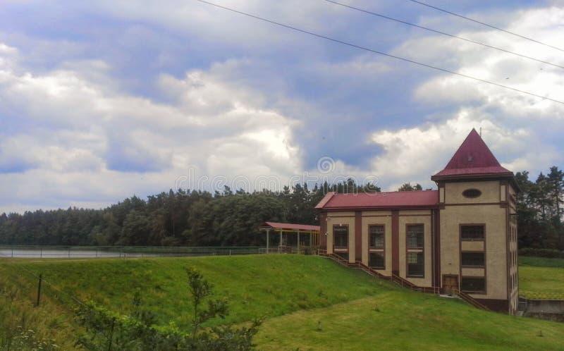 Wasserkraftkraftwerkgebäude stockbild