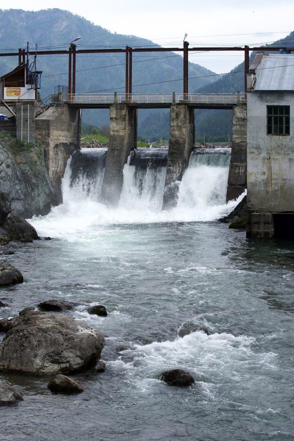 Wasserkraftwerk auf dem Gebirgsfluss lizenzfreie stockbilder
