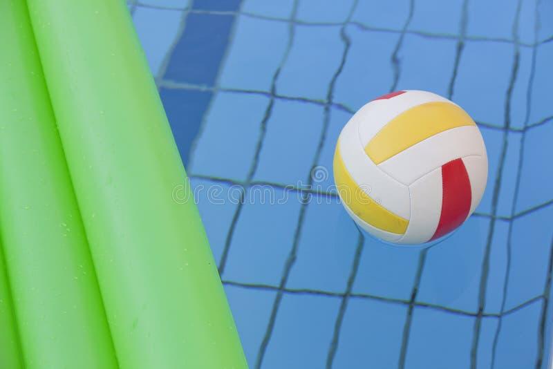 Wasserkugel und Luftmatraze im Pool lizenzfreies stockbild