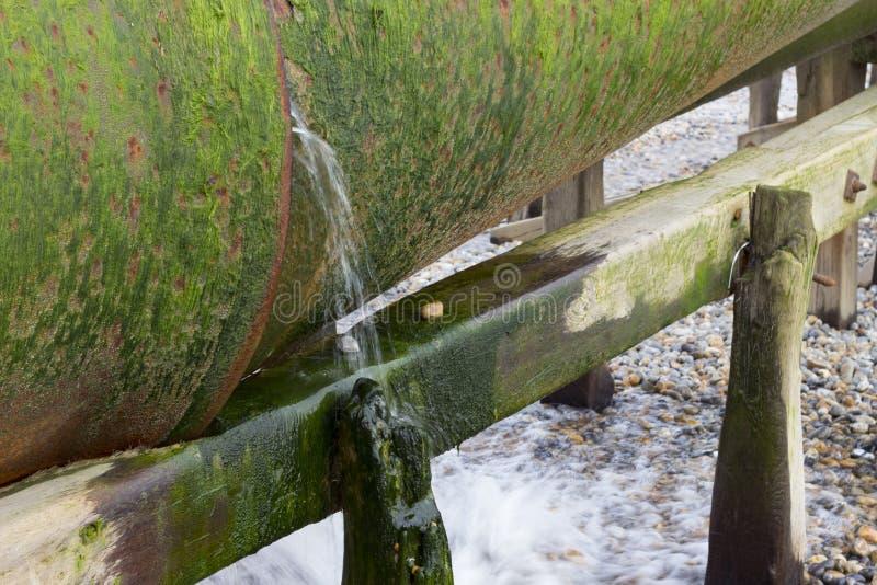 Wasserleitung auf dem Strand lizenzfreies stockbild