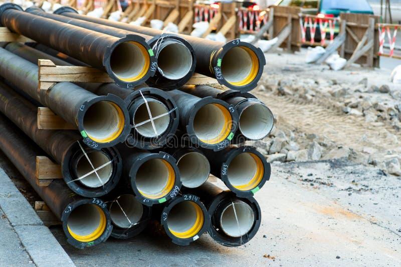 Wasserleitungen nahe der Straßenreparatur stockbild
