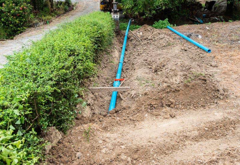 WasserleitungslegenBaustelle auf dem Boden stockbild