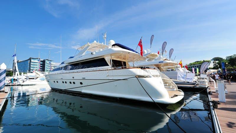 Wassermann S durch Falken auf Anzeige an der Singapur-Yacht-Show 2013 lizenzfreie stockbilder