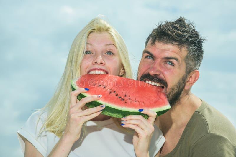 Wassermelone als Symbol des Sommers, der Einheit und des Einsseins Portr?t des gl?cklichen Paars Wassermelone an den Sommerferien lizenzfreies stockbild