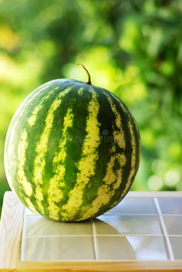 Wassermelone auf Tabelle stockfotos
