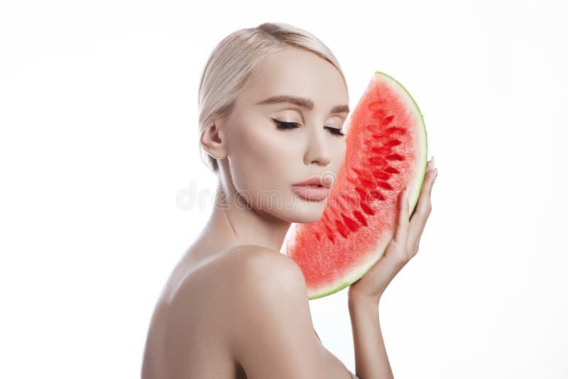 Wassermelone in den Händen von Frauen, in der sauberen glatten Haut des Körpers und im Gesicht Blondes Mädchen im Sommer eine Was stockbild