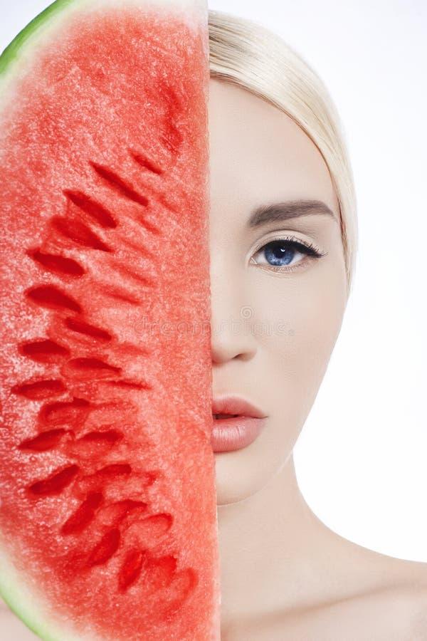 Wassermelone in den Händen von Frauen, in der sauberen glatten Haut des Körpers und im Gesicht Blondes Mädchen im Sommer eine Was stockfoto