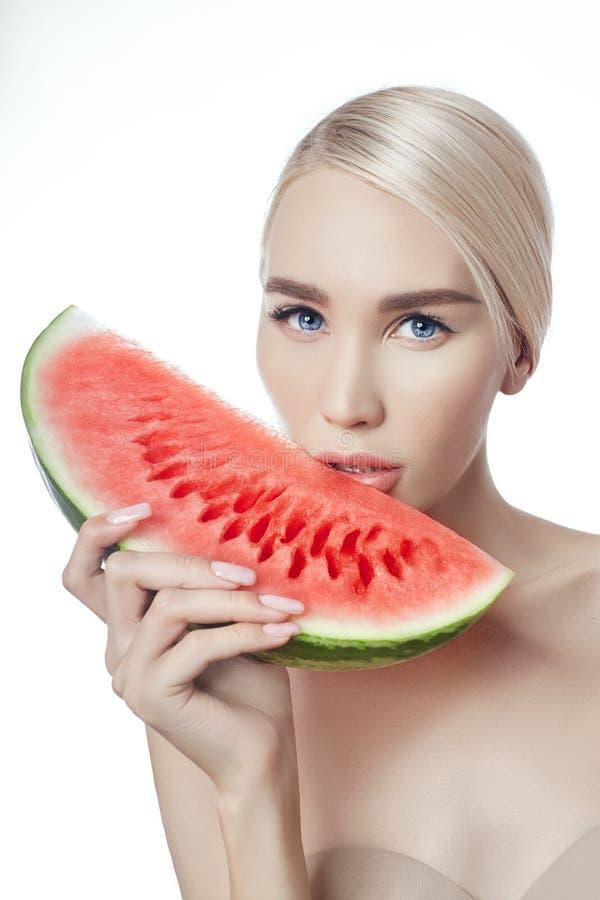 Wassermelone in den Händen von Frauen, in der sauberen glatten Haut des Körpers und im Gesicht Blondes Mädchen im Sommer eine Was stockfotos