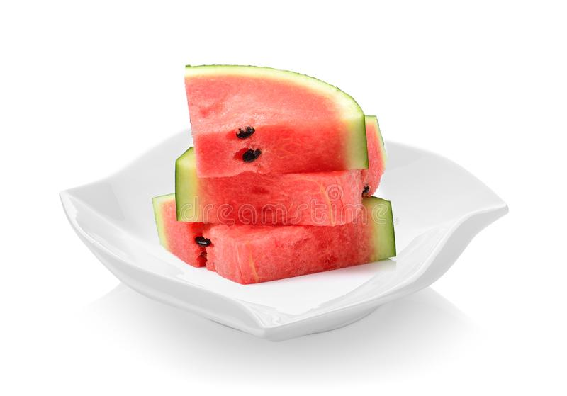 Wassermelone islice in der schönen Form der keramischen Platte auf weißem Ba stockbild