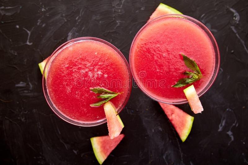 Wassermelone Margaritacocktail auf schwarzem Hintergrund Frische Wassermelonenlimonade lizenzfreies stockfoto