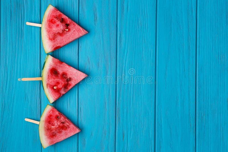 Wassermelone popslices auf blauem hölzernem Hintergrund, freier Raum für a lizenzfreie stockbilder