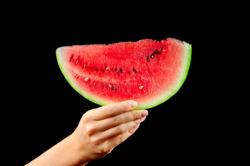 Wassermelone-Scheibe in der weiblichen Hand lizenzfreie stockbilder