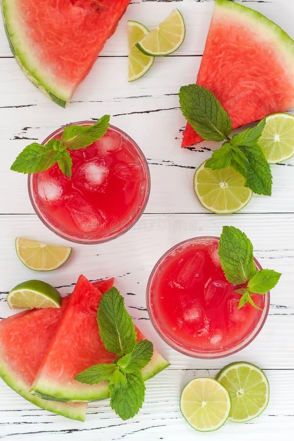 Wassermelonenkalkkühlvorrichtung - Auffrischungssommerwassermelone trinken mit Kalk und Minze Beschneidungspfad eingeschlossen stockfotografie