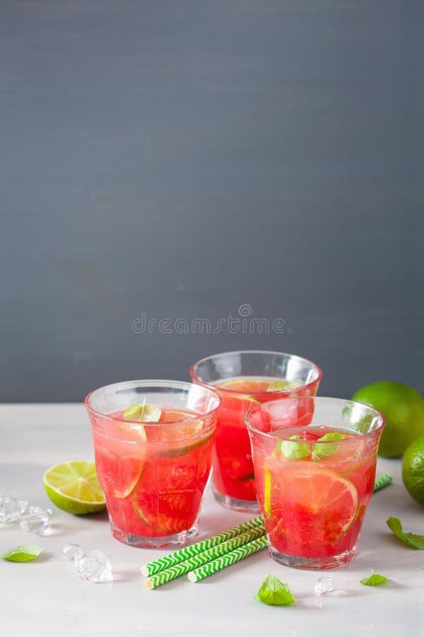Wassermelonenlimonade mit Kalk und Minze, Auffrischungsgetränk des Sommers stockfoto
