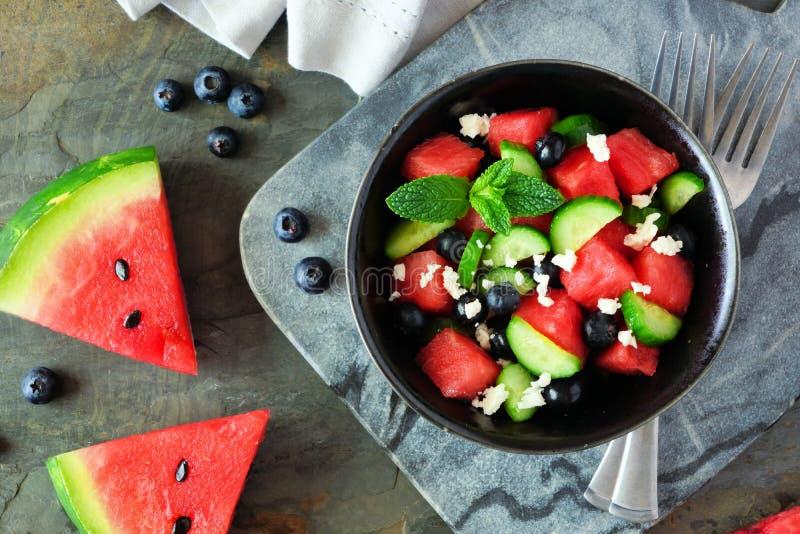 Wassermelonensalat mit der Gurke, Blaubeeren und Feta, oben nah herauf Szene stockbilder
